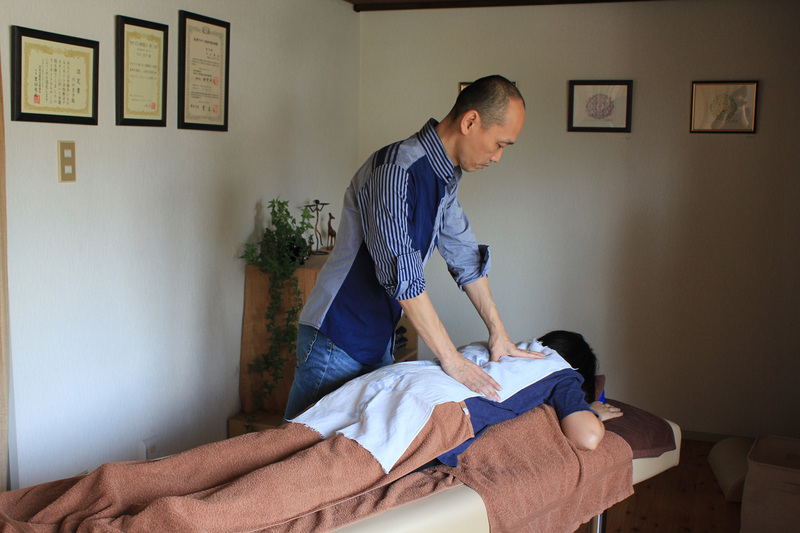 筋膜療法(川口秀広が担当します)全身のクイックコース60分 筋膜療法には筋肉をゆるめる緩消法が含まれています。